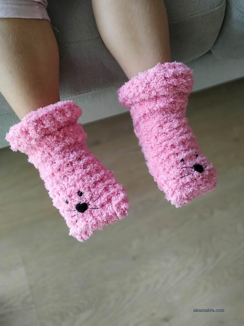 Fluffy kids slippers knitting pattern - Akamatra