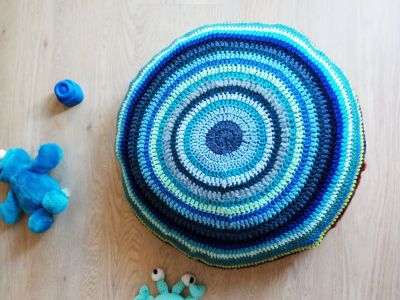 Crochet pillow case made of yarn scraps – Free crochet pattern and tutorial